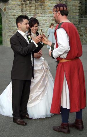 Der Barde übergibt dem Paare einen Glücksbringer